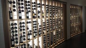 Le couloir réservé aux vins de Bordeaux, dans la cave à vin du Bon Marché