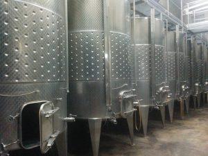 Cuves de fermentation en Inox. On aperçoit les serpentins de circulation de l'eau froide en leur milieu.