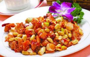 Le Gong Bao Ji Ding, un plat chinois à base de poulet épicé à l'ail, à l'onion nouveau, au gingembre et au piment