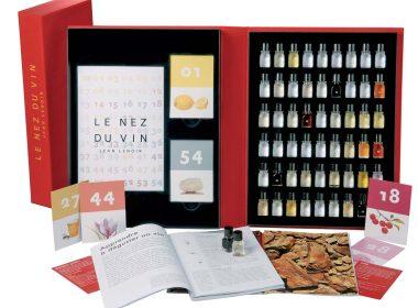 Le grand modèle du Nez du vin contient 54 échantillons d'arômes élémentaires de vins blancs et rouges pour entraîner son Nez à détecter les arômes.