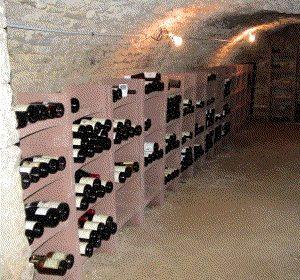 La cave à vin traditionnelle: enterrée, elle présente naturellement les conditions optimales de température, luminosité, et humidité