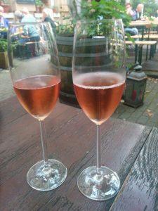 deux coupes de champagne rosé