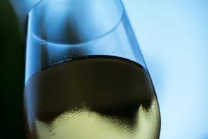 Le muscadet, un vin perlant de la vallée de la Loire, s'accorde parfaitement avec un plateau de fruits de mer