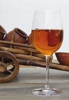 Le vin orange est un vin issu d'un cépage blanc vinifié comme un vin rouge: macération du jus et des peaux (photos: Goga Chanadiri)